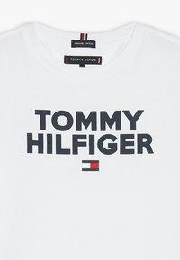 Tommy Hilfiger - LOGO TEE  - T-shirt imprimé - white - 3