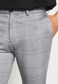 Jack & Jones - JJIMARCO JJPHIL NOR CHECK - Trousers - light gray - 4