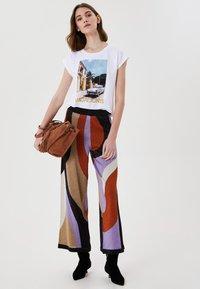 LIU JO - WITH PRINT AND APPLIQUÉS - Print T-shirt - white - 1