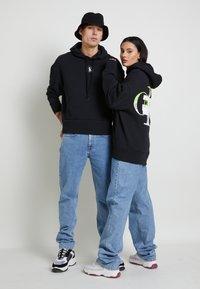 Calvin Klein Jeans - GRAPHIC HOODIE UNISEX - Sweatshirt - black - 1