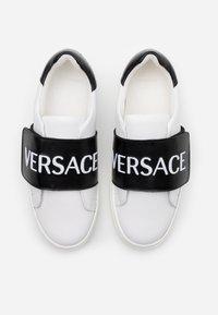 Versace - FASCIA RICAMO  - Tenisky - white/black - 3