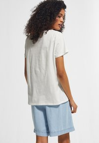 comma casual identity - KURZARM - Print T-shirt - white apricot minimalist - 1