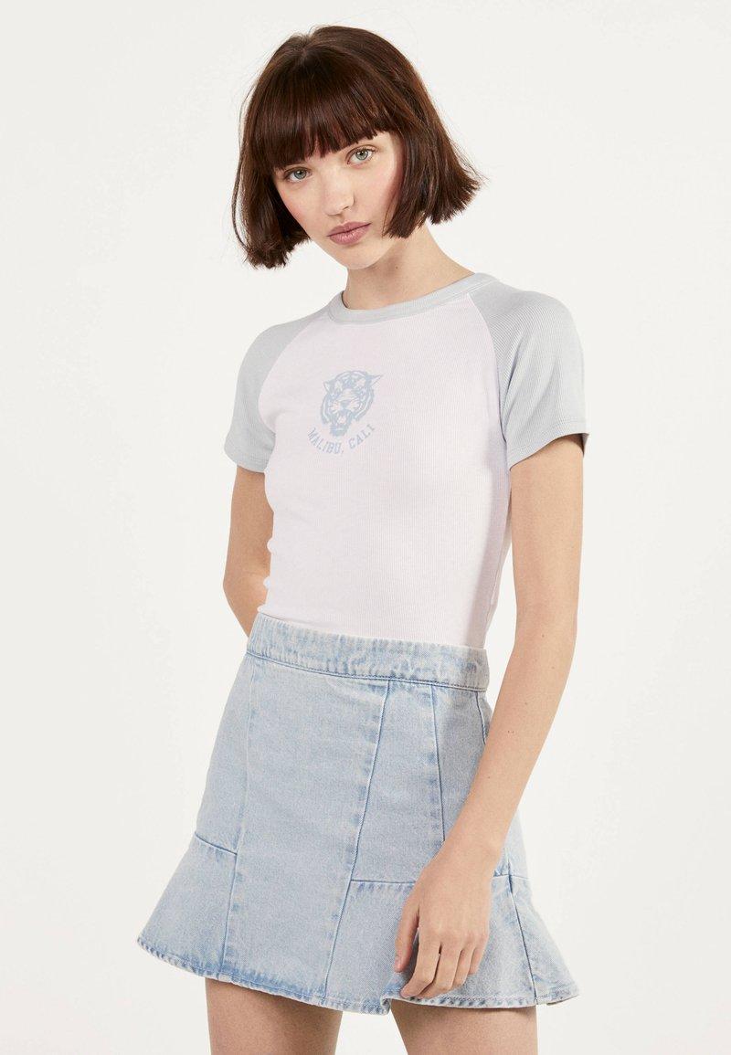 Bershka - MIT RAGLANÄRMEL - T-shirt imprimé - white
