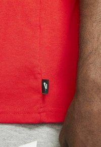 Nike Sportswear - TEE PREMIUM ESSENTIAL - T-shirt - bas - chile red - 4