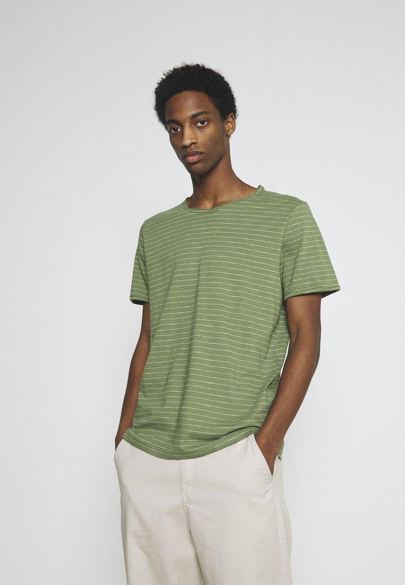 Selected Homme - SLHMORGAN STRIPE O NECK TEE - Print T-shirt - vineyard green/egret