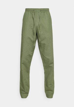 AKJOHN PANT - Pantalon classique - olivine