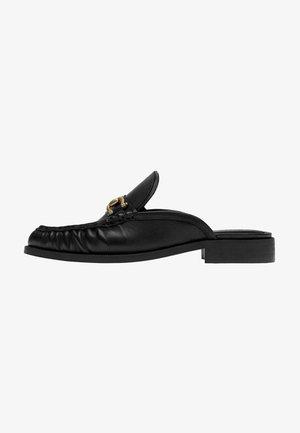 MIT KETTENGLIED - Pantofle - black