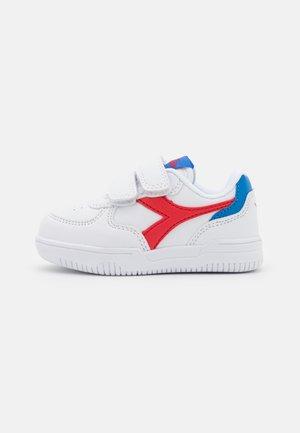 RAPTOR LOW UNISEX - Chaussures d'entraînement et de fitness - white/tomato red