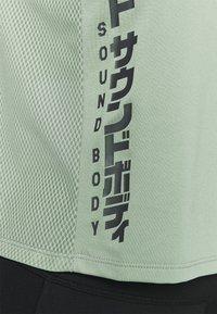 ASICS - RUN - T-Shirt print - slate grey/graphite grey - 4