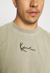 Karl Kani - SMALL SIGNATURE WASHED TEE - Print T-shirt - dark green - 5
