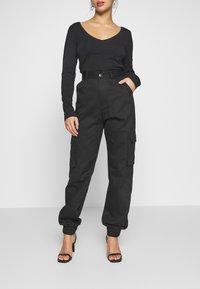 Missguided Petite - PLAIN CARGO TROUSER - Pantaloni cargo - black - 0