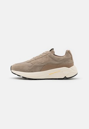 BAILEY RUNNER - Matalavartiset tennarit - earth/offwhite