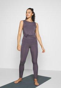 Curare Yogawear - TWISTBACK - Top - greyberry - 1