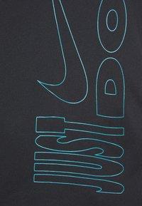 Nike Performance - ICON CLASH MILER  - T-shirts med print - black/chlorine blue - 3