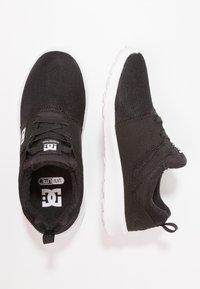 DC Shoes - HEATHROW - Loaferit/pistokkaat - black/white - 0