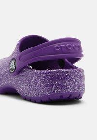 Crocs - CLASSIC GLITTER - Pool slides - neon purple - 4