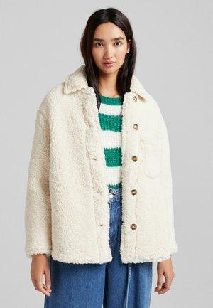 KURZE HEMDJACKE MIT LAMMFELLIMITAT - Fleece jacket - beige