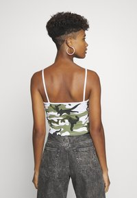 Karl Kani - SIGNATURE CAMO CROPPED - Top - green/white/black/yellow - 2
