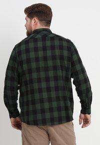Urban Classics - CHECKED - Camicia - black/forest - 2