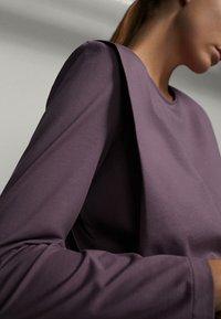 Massimo Dutti - SHIRT AUS REINER BAUMWOLLE MIT ZIERFALTEN - Long sleeved top - dark purple - 1