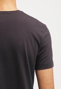 Calvin Klein Jeans - Print T-shirt - meteorite - 4