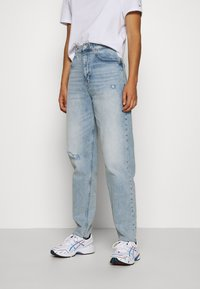 Tommy Jeans - MOM - Relaxed fit jeans - cony light blue comfort destructed - 0