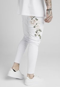 SIKSILK - DROP CROTCH PLEATED APPLIQUE  - Jeans Skinny Fit - white - 4