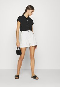 Levi's® - PLEATED UTILITY - Shorts - crisp tofu - 1