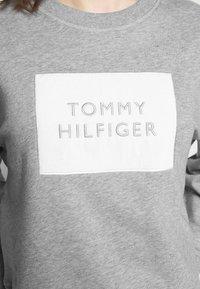 Tommy Hilfiger - RELAXED BOX  - Sweatshirt - light grey heather - 4