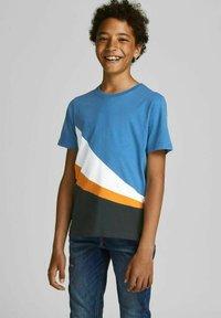Jack & Jones Junior - T-shirt med print - deep water - 0