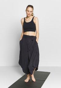 Free People - VENICE HAREM - Pantalon de survêtement - black - 1