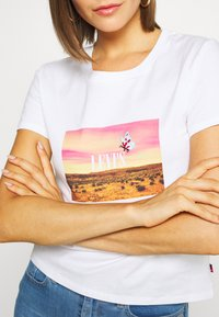 Levi's® - GRAPHIC SURF TEE - T-shirt med print - white - 5