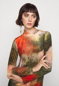 Henrik Vibskov - POLLEN DRESS WET FLOWERS - Žerzejové šaty - multi-coloured - 6