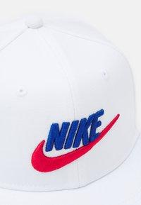 Nike Sportswear - PRO FUTURA UNISEX - Pet - white/game royal/university red - 3