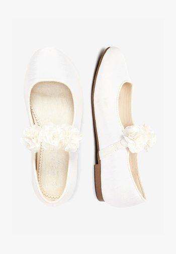 PINK 3D FLOWER BALLET SHOES (OLDER) - Ankle strap ballet pumps - white