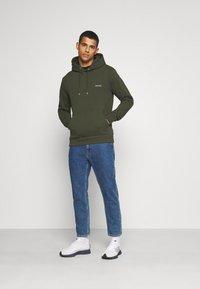 Calvin Klein - LOGO EMBROIDERY HOODIE - Sweat à capuche - green - 1