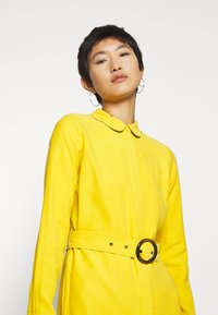Another-Label - PERI DRESS - Robe chemise - lemon curry - 4