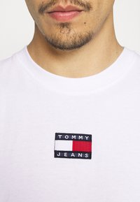 Tommy Jeans - BADGE TEE  - T-shirt basic - white - 4
