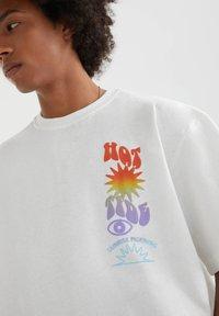 PULL&BEAR - MIT FARBLICH ABGESETZTEM TEXT - Print T-shirt - white - 3
