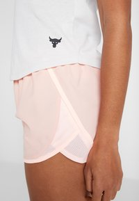 Under Armour - FLY BY SHORT - Sports shorts - calla/peach frost - 5