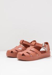 Cotton On - JELLY - Sandály do bazénu - amber brown - 3