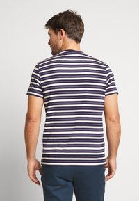 Farah - MANSOUR TEE - T-shirt z nadrukiem - true navy - 2