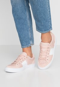 Lacoste - COURTLINE  - Trainers - nat/white - 0