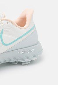 Nike Golf - REACT INFINITY PRO - Chaussures de golf - sail/light dew/crimson tint/photon dust - 5