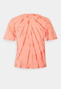 Ética - EVIE - Print T-shirt - thunder lightning fire coral - 1