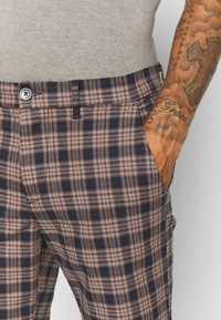 River Island - Shorts - brown/navy - 4
