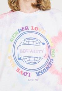 Jack & Jones - UNISEX JORSMILE TEE CREW NECK - Print T-shirt - cloud dancer - 4