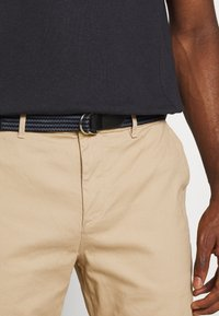 Scotch & Soda - STUART PEACHED WITH GIVE AWAY BELT - Chino - sand - 4
