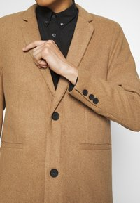Only & Sons - ONSMAXIMUS COAT - Frakker / klassisk frakker - camel - 5