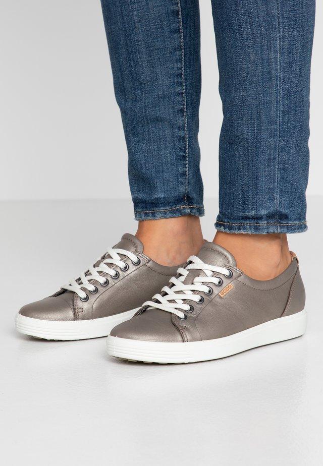 SOFT - Sneakers laag - stone metallic